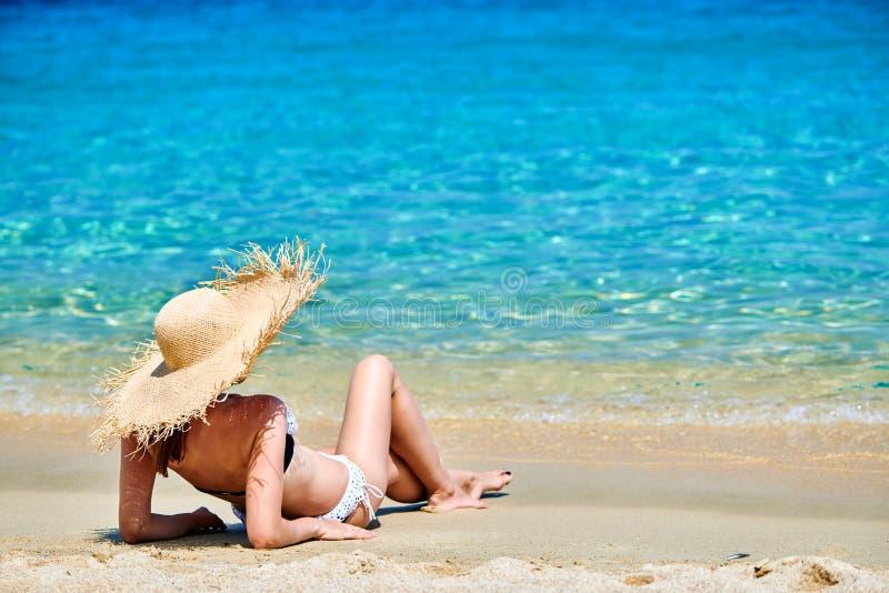 Donna in bikini sulla spiaggia immagine stock libera da diritti