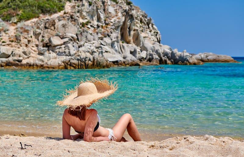 Donna in bikini sulla spiaggia immagini stock libere da diritti