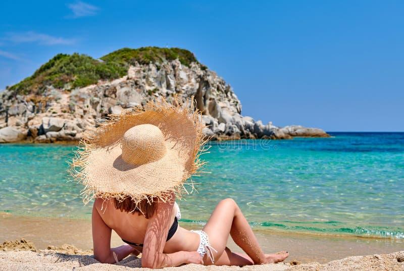 Donna in bikini sulla spiaggia immagine stock