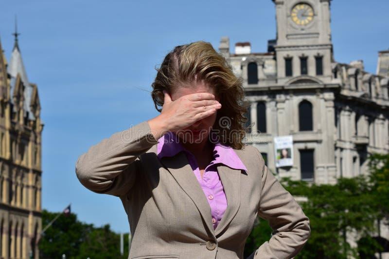 Donna bionda adulta di affari e Sun luminoso che indossano vestito immagine stock libera da diritti
