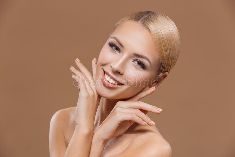 donna bionda affascinante con pelle pulita perfetta, immagine stock libera da diritti