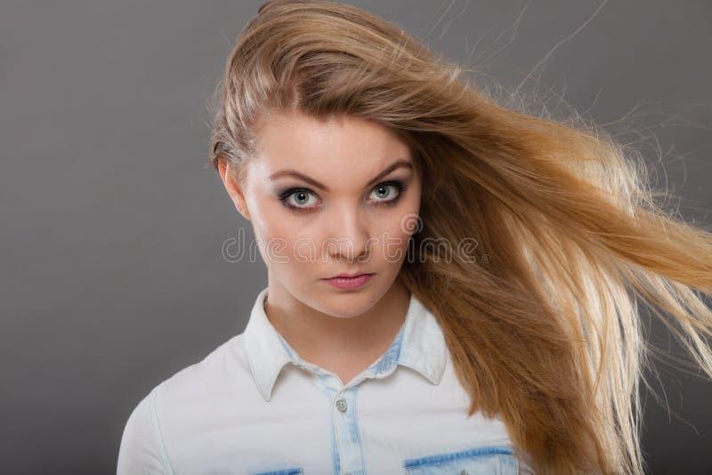 Donna bionda attraente con capelli windblown immagini stock libere da diritti
