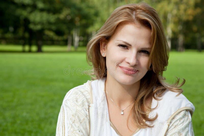donna bionda attraente di aria aperta immagine stock