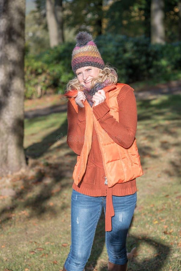 Donna bionda attraente in un parco autunnale fotografie stock