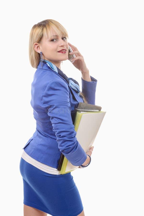 Donna bionda attraente in vestito blu, telefono fotografia stock libera da diritti