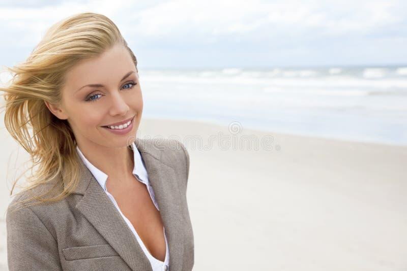 Donna bionda bella alla spiaggia immagini stock