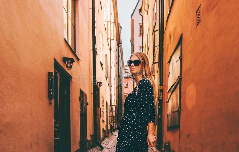 Donna bionda che cammina a Stoccolma che viaggia da solo immagini stock