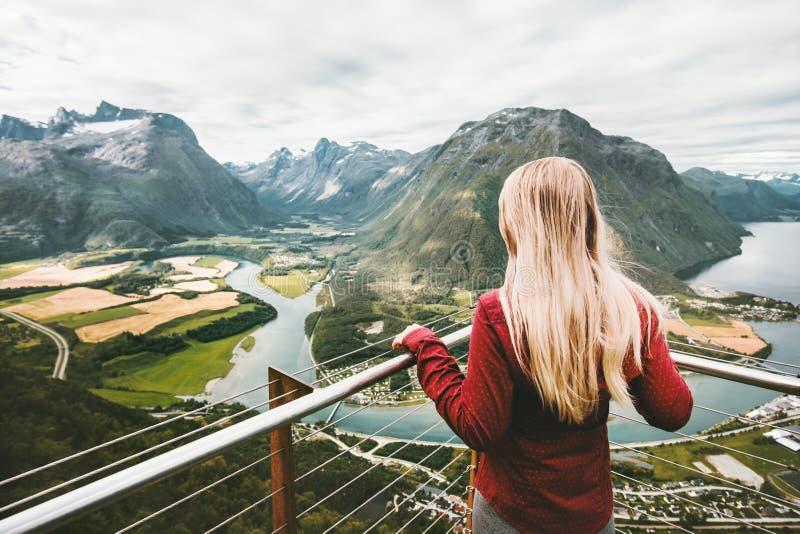 Donna bionda che gode del paesaggio delle montagne fotografie stock