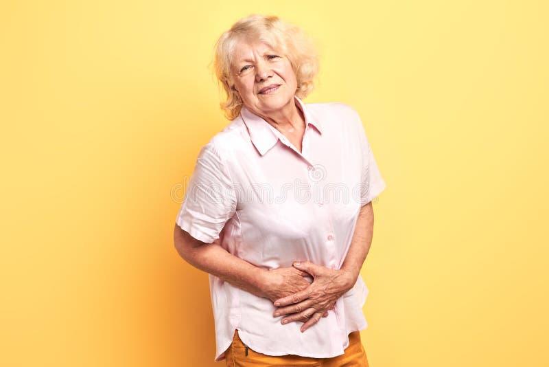 Donna bionda che ha dolore nel fegato immagine stock