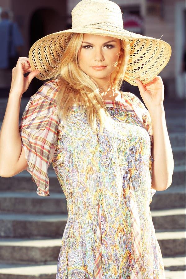Donna bionda che porta il cappello di Sun fotografia stock