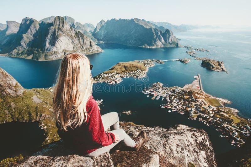 Donna bionda che si rilassa sul viaggio superiore della montagna della scogliera immagine stock libera da diritti