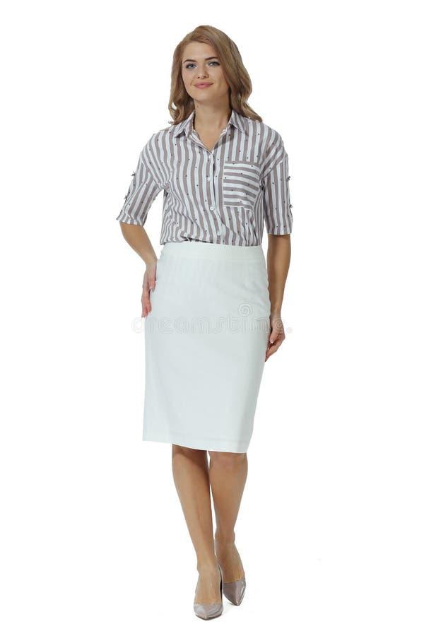 Donna bionda con capelli lunghi in camicetta a strisce bianca minigonna tacco alto tacchi stiletto scarpe con il corpo intero immagine stock libera da diritti