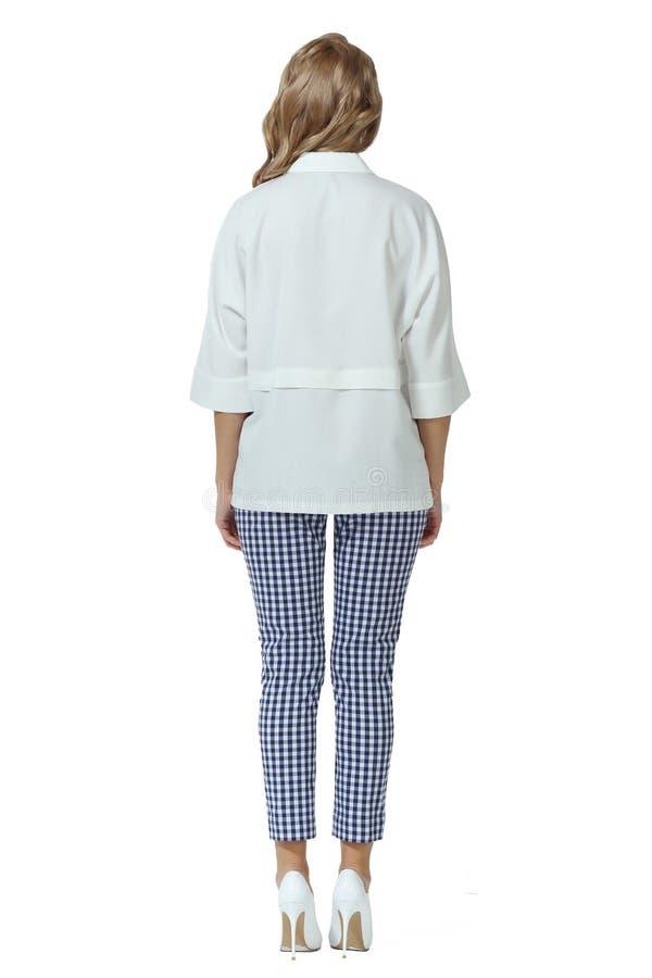 Donna bionda con capelli lunghi in estate camicetta senza maniche pantaloni alti tacchi alti scarpe da stiletto fotografia stock libera da diritti