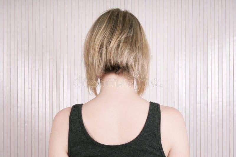 Donna bionda con il pallonetto o il taglio di capelli lungo del peso immagine stock libera da diritti