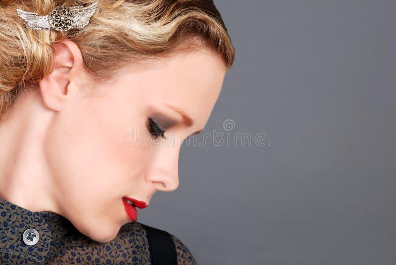 Donna bionda con il profilo rosso del lato del rossetto immagini stock libere da diritti
