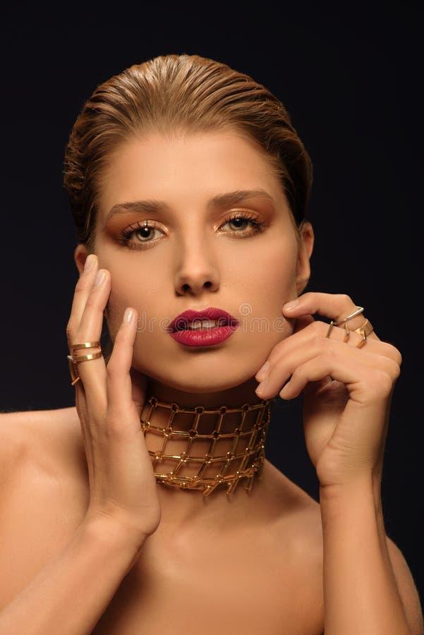 """Donna bionda con make†disegnato """"su, la collana lunga e molti anelli sulle sue dita immagini stock libere da diritti"""