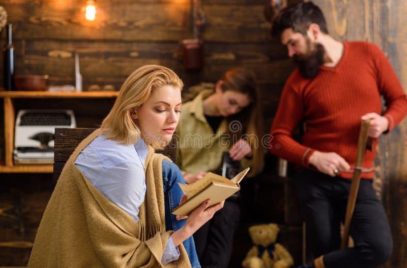 Donna bionda concentrata su lettura Femmina assorbente dalla fantasia di fiaba, concetto di immaginazione Tentare barbuto dell'uo immagini stock libere da diritti