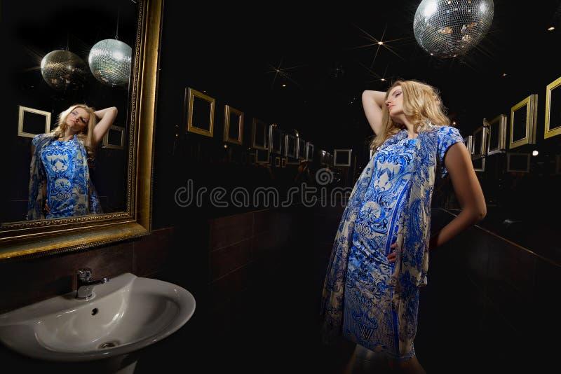 Download Donna Bionda Davanti Allo Specchio Immagine Stock - Immagine di femmina, modo: 30830365