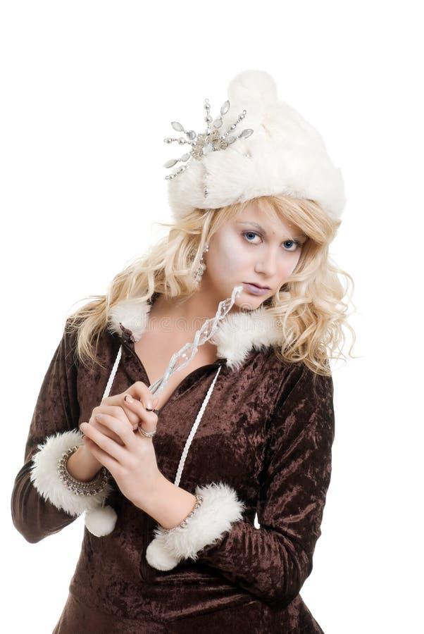 Donna bionda del ghiaccio che porta un cappello di pelliccia con il fiocco di neve immagine stock libera da diritti