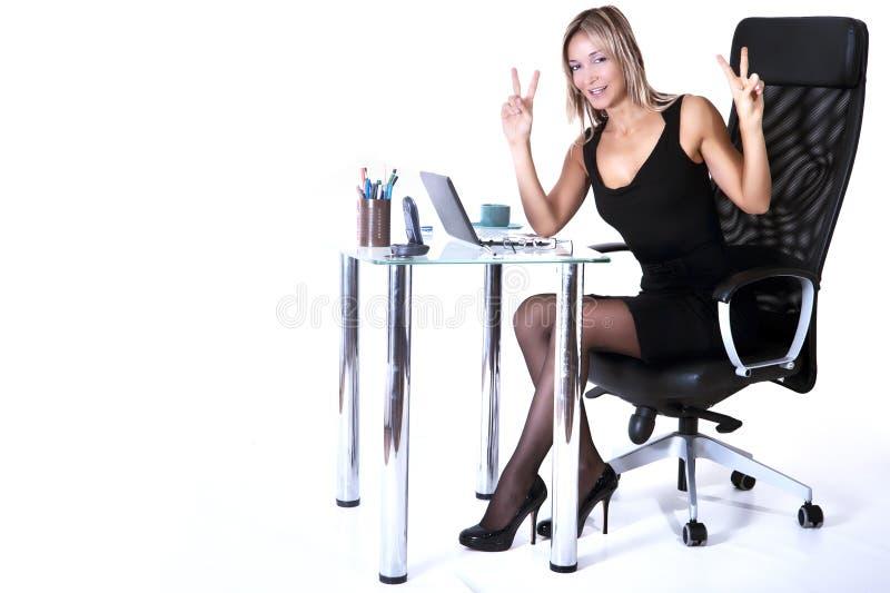 Donna bionda di affari che sorride con confidenza immagini stock