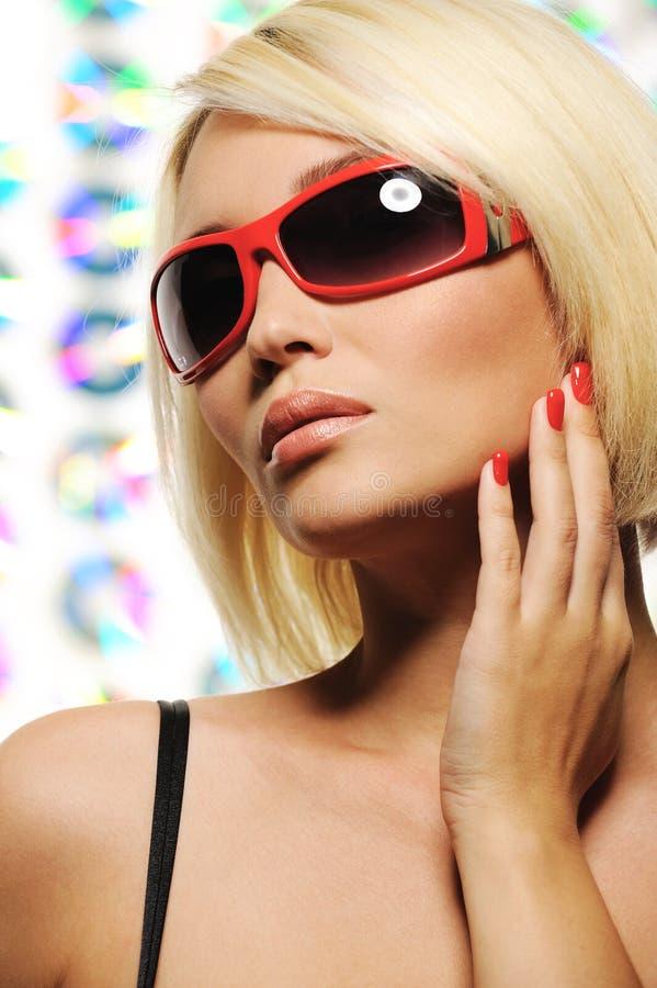 Donna bionda di bellezza in occhiali da sole rossi di modo immagine stock libera da diritti