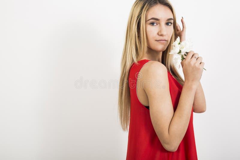 Donna bionda di modo in vestito rosso sexy fotografia stock libera da diritti