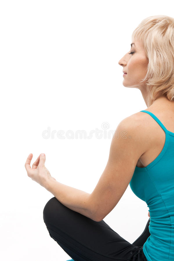 Donna bionda invecchiata che fa yoga immagini stock libere da diritti