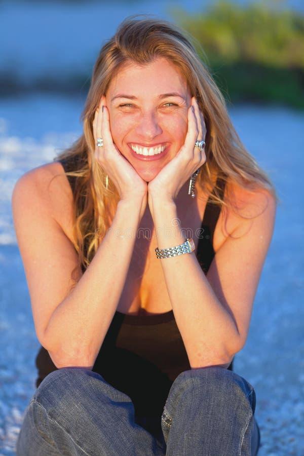 Donna bionda Medio Evo attraente alla spiaggia fotografia stock