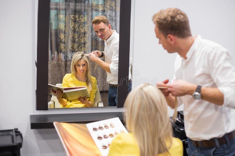 Donna bionda nel salone di capelli immagini stock libere da diritti