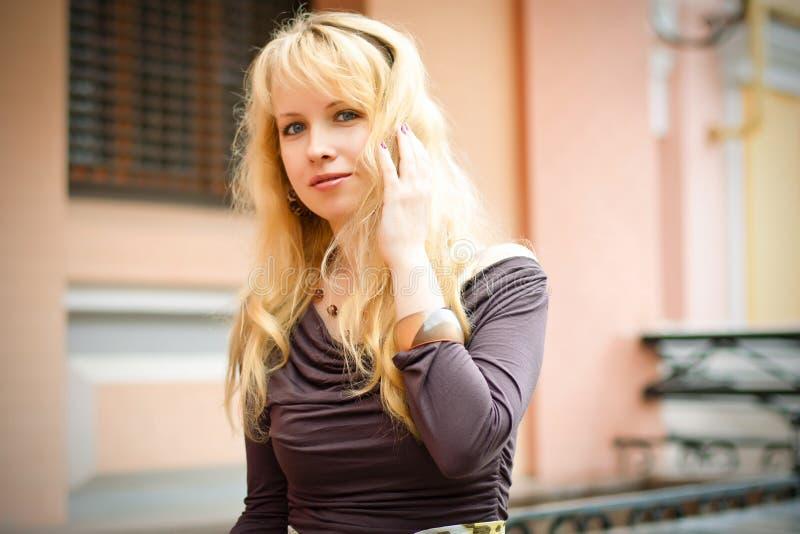 Donna bionda nella città fotografia stock libera da diritti