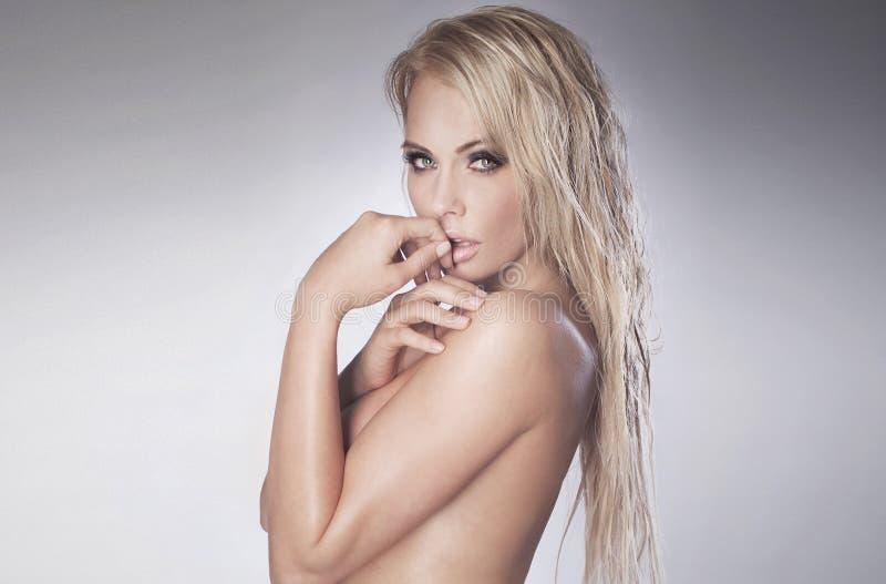 Donna bionda nuda con capelli bagnati immagine stock libera da diritti