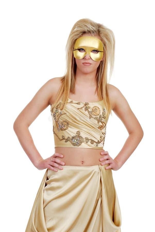 Donna bionda in oro con le mani sulle anche immagini stock
