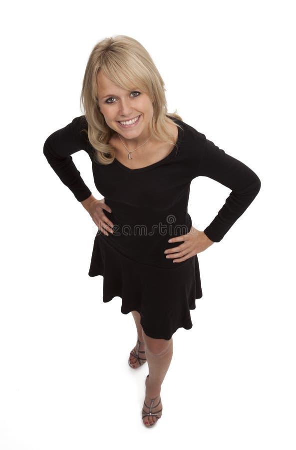 Donna bionda in poco vestito nero immagini stock