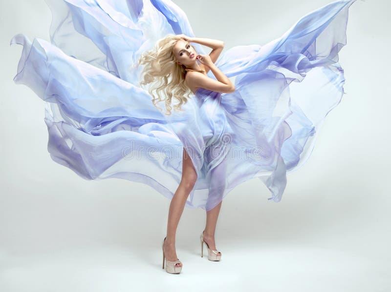 Donna bionda sensuale con capelli ricci lunghi fotografia stock