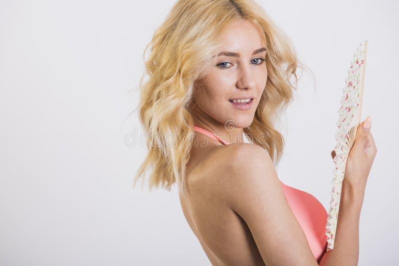 Donna bionda sexy che indossa posa rosa dello swimwear immagine stock libera da diritti