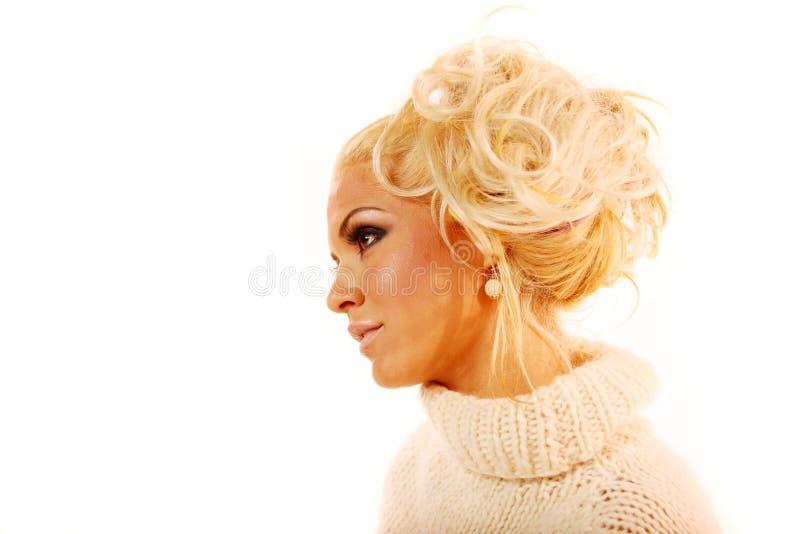 Donna bionda sexy con capelli alla moda fotografia stock