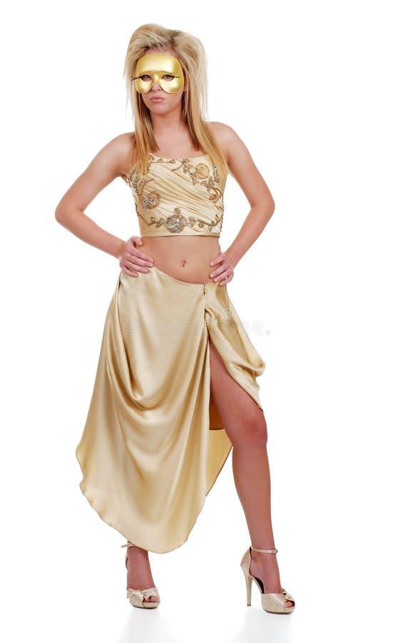 Donna bionda sexy con una mascherina dorata fotografie stock