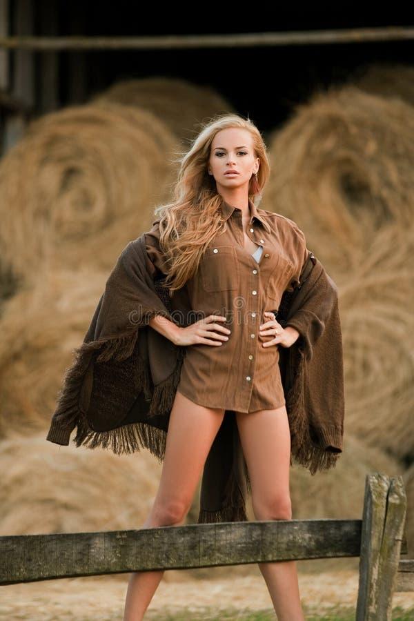 Donna bionda sexy in granaio fotografie stock libere da diritti