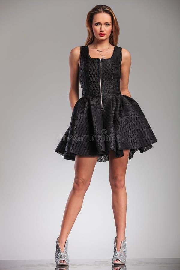 Donna bionda sexy in scarpe nere dei tacchi alti e del vestito fotografie stock