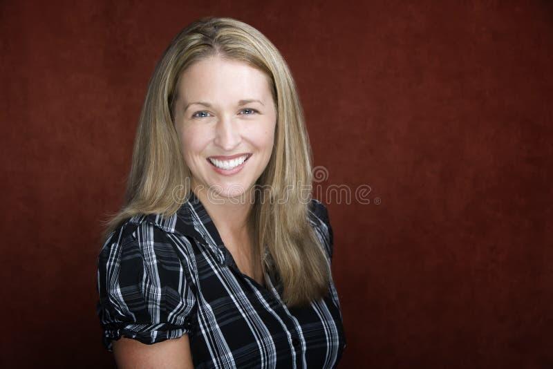 Donna bionda sorridente fotografia stock