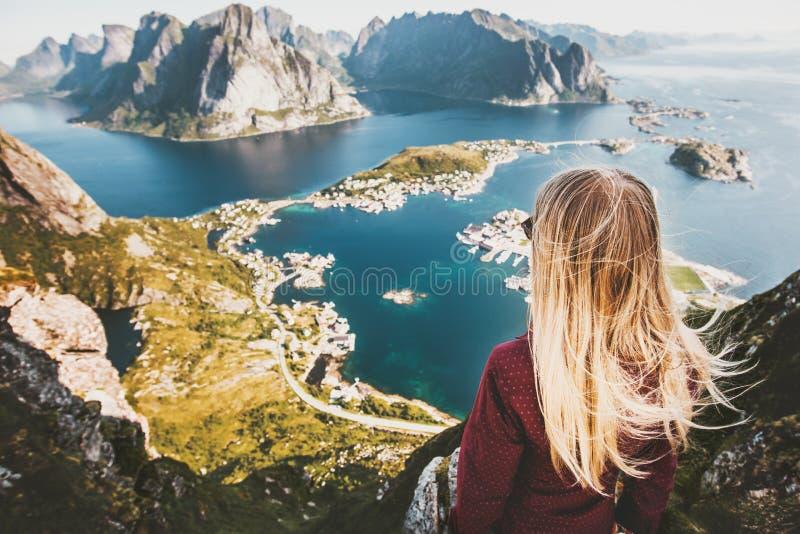 Donna bionda sulla cima della vista aerea del fiordo della montagna di Reinebringen fotografie stock