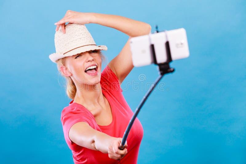 Donna bionda turistica che prende le immagini con il telefono fotografie stock