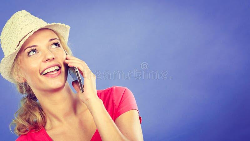 Donna bionda turistica felice che parla tramite il telefono fotografia stock libera da diritti