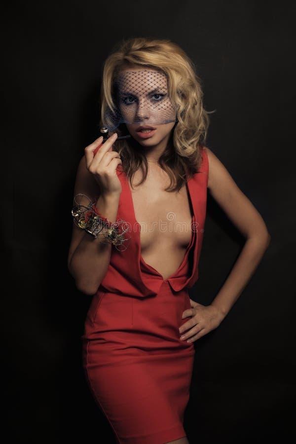 Donna bionda in un vestito rosso immagine stock libera da diritti