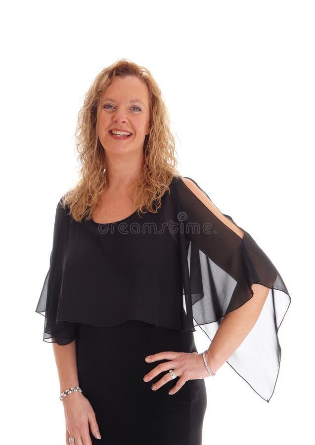 Donna bionda in vestito nero fotografia stock libera da diritti