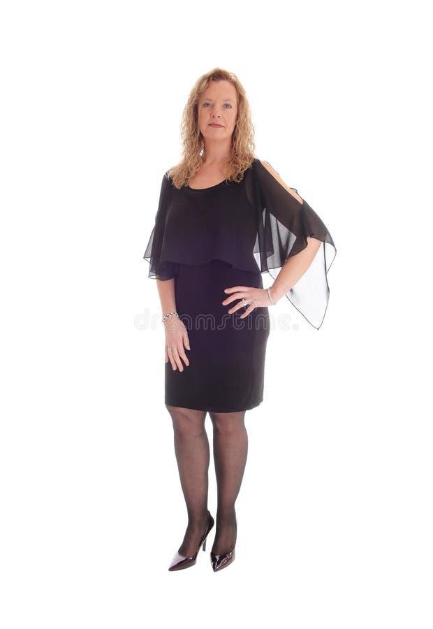 Donna bionda in vestito nero immagini stock