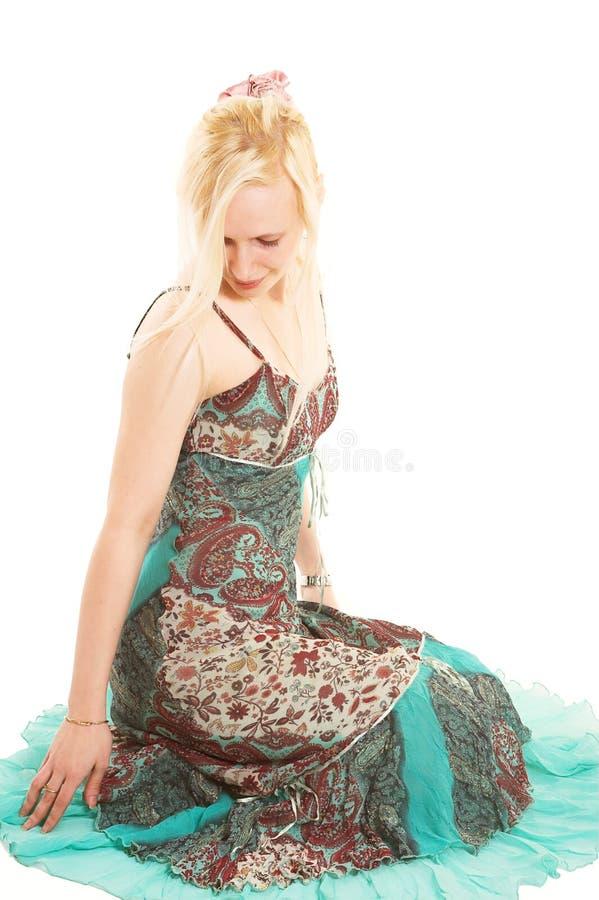 Donna bionda in vestito variopinto fotografia stock
