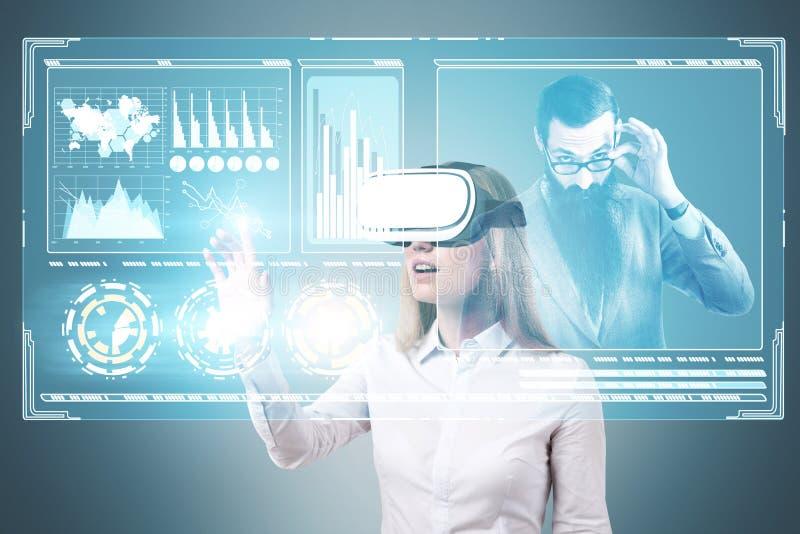 Donna bionda in vetri di VR, capo, HUD fotografie stock libere da diritti