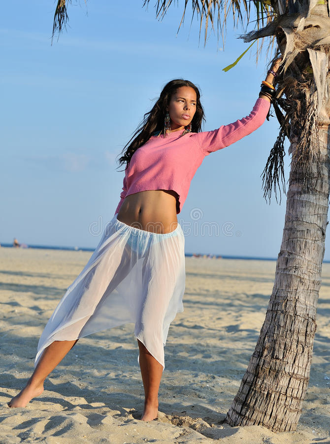 Donna biracial del bello youn sulla spiaggia fotografie stock