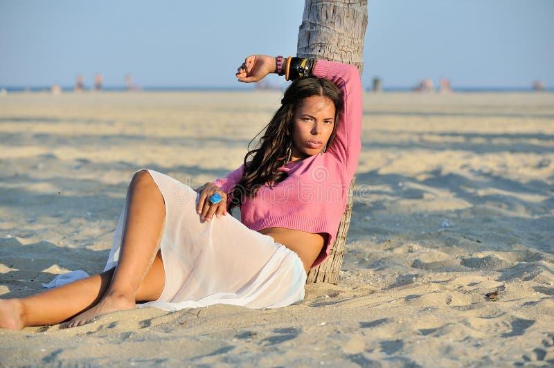 Donna biracial del bello youn sulla spiaggia immagini stock